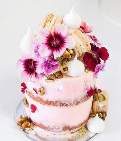 Flores e muita calda nos bolos de Alita Johnson