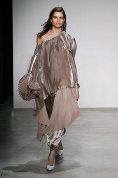 https://www.vogue.com/fashion-shows/fall-2018-ready-to-wear/krizia/slideshow/collection