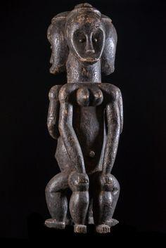 Les+figures+de+reliquaires+Byeri+sont+certainement+les+plus+mystérieuses+et+emblématiques+de+l'art+Africain. Le+culte+du+Byeri+(culte+des+ancêtres)+était+pratiqué+dans+tous+les+villages+Fang,+aussi+bien+au+Sud+du+Cameroun+qu'au+Gabon+et+Rio+Muni. Les+gardiens+de+Biery+triple,+tel+celui-ci+se+trouvent+ici+ou+là.+Par+contre+nous+n'avons+pas+trouvé+d'explication+quand+à+cette+représentation+inhabituelle.