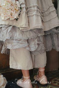 MLLE ERNESTINE : Tunique en gros lin rose poudré Les Ours, jupon en organdi EWA IWALLA, écharpe EWA IWALLA, pantalon Les Ours
