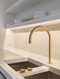 Look Classy Gold Kitchen Faucet — Deco Home Decor Kitchen Shelves, Kitchen Pantry, Gold Kitchen Faucet, Gold Faucet, Kitchen Grey, Minimal Kitchen, Kitchen Sink, Gold Taps, Brass Tap