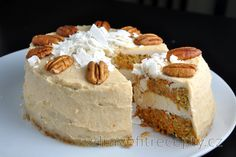 Carrot Cake with Coconut-Cashew Cream (Gluten-free and Sugar-free) Healthy Carrot Cakes, Healthy Desserts, Light Desserts, No Bake Desserts, Füllende Snacks, Sans Gluten, Gluten Free, Dried Raisins, Desserts Sains