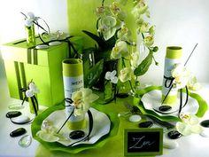 Une déco de table parfaitement coordonnée mariant #blanc et #vert #anis. http://www.decodefete.com/10m-chemin-table-uni-vert-anis-p-572.html