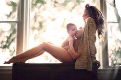 """""""Minhas fotografias mostram como cada mulher se sente enquanto amamenta: um ser puro, lindo e celestial. As imagens mostram as mulheres como Deusas da amamentação"""", afirma a fotógrafa lituana Ivette Ivens"""