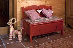 Vplyv života v odľahlých vysokohorských dedinkách inšpiroval dizajnéra k vytvoreniu kolekcie Coeur des Alpes, kde sa snúbia čisté línie s výrezom ornamentov. Starostlivo vyberané kovania ako aj drevené švíky dodávajú nábytkom svojráznosť. #furniture #countrywoodfurniture #furnituring #woodworkingskills #cottage #woodfurniture #woodfurnituredesign #cottagestyle #cottagefurniture #furnitureproduction #interiery #masivnynabytok #masiv #chatari #nabytok Evergreen, Toddler Bed, Bench, Furniture, Storage, Home Decor, Alps, Child Bed, Purse Storage