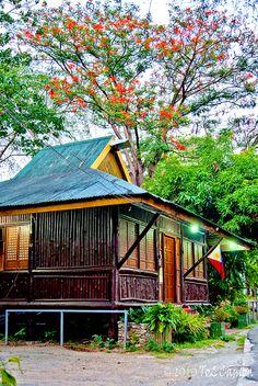 classic filipino house by To2Camba, via Flickr Filipino Architecture, Philippine Architecture, Bamboo Architecture, Bamboo House Design, Bungalow House Design, Filipino House, Philippine Houses, Bahay Kubo, Tiny House Cabin