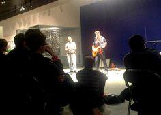 """Soirée inaugurale de l'exposition, le vendredi 14 juin 2013. 21h45 devant le Mur bleu du musée de Bretagne : Hommage à Woody Guthrie (""""Struggle : A tribute to Woody Guthrie"""")."""