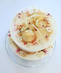 """Julie Zangenbergs fødselsdagskage 20 pers. Sværhedsgrad: svær Arbejdstid: ca. 6 timer Køleskabstid: mindst 3 timer – gerne natten over Bagetid: ca. 25 min. """"Denne kage egner sig fantastisk som bryllupskage, festkage, fødselsdagskage eller lign. Men præcis denne er Julie Zangensbergs fødselsdagskage, serveret ved et privat selskab – hendes ønsker til kagen var, at den skulle …"""