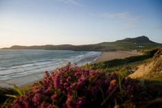 Explore family holidays and breaks to Wales and compare the best family friendly places to stay in Wales. Grand Tour, Pembrokeshire Coast Path, Site Archéologique, Cymru, Parc National, Beach Resorts, Great Britain, Where To Go, Wonderful Places