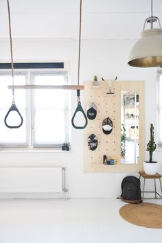 Trapeze en pegboard als toffe accessoires in een tienerkamer... #pegboard #trapeze #tienerkamer #jongenskamer #boysroom #bedroom #scandinavisch #stoer petten #storagesolutions