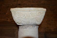 Capitello longobardo, forse un leggio, situato nella cripta del duomo di Pistoia (VIII secolo)
