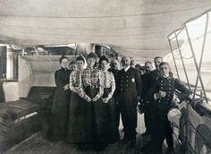 Miembros de la familia real y oficiales en la cubierta del GIRALDA. El Ferrol. Foto Pascual Rey, año 1900. Nº Reg.3327. Del libro HOMBRES Y BARCOS.jpg