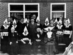 Cornelis Tol (Kees van Kleine Sijmen) 1885-1966 en Aaltje de Boer 1887-1974 met hun kinderen en aangetrouwd. #NoordHolland #Volendam