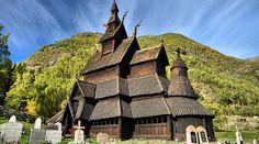 As melhores atrações da Noruega em imagens lindas - Viajar pelo Mundo Casa Viking, Les Fjords, Train Rides, Elle Decor, Vikings, Medieval, Waterfall, Arch, 1