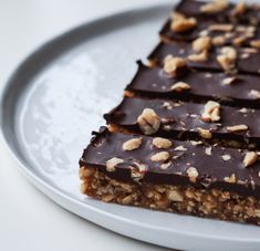 Sunde snickers bidder m. Gourmet Recipes, Cake Recipes, Kreative Snacks, Snickers Bar, Raw Cake, Tasty, Yummy Food, Healthy Cake, Food Inspiration