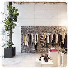 ruhák egy kiemelt fal előtt, egy exkluzív ruhaüzletben
