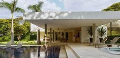 Casa suntuosa no interior de SP tem 1.610 m², piscina e vista para o lago