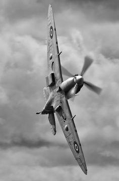 El Supermarine Spitfire fue un caza monoplaza británico usado por la Royal Air Force y muchos otros países Aliados durante la Segunda Guerra Mundial.