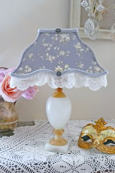 Abat-jour rectangle festonné, dentelle, et pied de lampe en marbre.