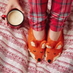 Morning, sleepy heads. Here's a reason to get you up in the morning... Treat your feet to @sincerelylouise's friendly fox slippers. Knitting pattern in #molliemakes 61, out now.