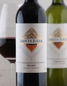 This project was aimed at redesigning Bodega Santa Julia's most important line of young wines. The objective was to upgrade the line to a premium product by conveying a sense of freshness, elegance, and renewal. The diamond—one of the traditional hallmarks of Santa Julia's labels—was preserved in a renovated version.