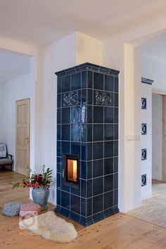 A traditional long-warm tiled stove beauty: The BRUNNER HKD with dunk . - Today Pin A traditional long-warm tiled stove beauty: The BRUNNER HKD with dunk … – – Indoor Wood Stove, Gothic Kitchen, Vintage Stoves, Welcome To My House, Blue Tiles, Fireplace Design, Fireplace Ideas, Architecture Design, New Homes