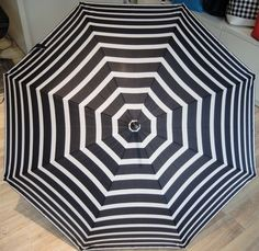 Regenschirm schwarz - weiß  Windsicher! Erhältlich bei Kirsches Taschen und mehr...! in Bad Vöslau Bad Vöslau, Rugs, Home Decor, Umbrellas, Womens Fashion, Monochrome, Dime Bags, Homemade Home Decor, Types Of Rugs