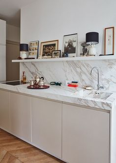 Sara Beltran& kitchen in Paris - featured in Clever (Architectural Digest) . Sara Beltran& kitchen in Paris - featured in Clever (Architectural Digest) Like the upper shelf with electrical outlets Kitchen Shelf Design, Interior Design Kitchen, Kitchen Decor, Marble Interior, Decorating Kitchen, Minimal Kitchen Design, Kitchen Ideas, Patio Kitchen, Space Kitchen