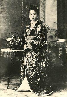 Japanese Imperial family's antique photograph.   14-year-old Nabeshima Itsuko. Meiji era. 1895.