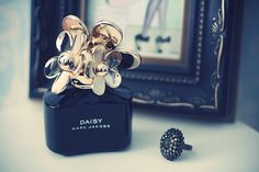 Image via We Heart It https://weheartit.com/entry/171155771 #black #daisy #fragrance #gold #marcjacobs #perfume #pretty