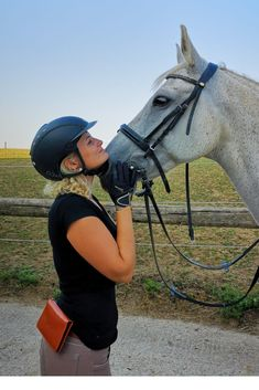 Unsere Handytasche ist ein unverzichtbares Zubehör für alle Reiter, die sicher im Gelände unterwegs sein wollen und löst das Problem, dass man keinen Platz hat, sein Handy beim Reiten und im Stall sicher und jederzeit griffbereit zu verstauen. In braun oder schwarz passt die Tasche zu jedem stylischen Outfit und ist das perfekte Accessoire für deinen Look.  Die Tasche wird in einer schicken Schachtel angeliefert und ist damit das ideale Geschenk für Reiterinnen und Reiter. Horses, Outfit, Animals, Accessories, Brown, Black, Women Riders, Show Jumping, Outfits