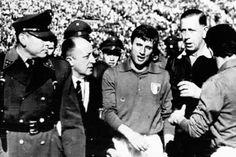 Batalla de Santiago durante la Copa Mundial Chile 1962. Giorgio Ferrini es detenido por Carabineros. Autor desconocido, publicada en periódicos del 3 de mayo de 1962