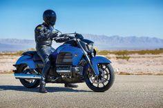 Honda lança nova Valkyrie com motor da Gold Wing Honda Valkyrie, Motos Honda, Honda Motorcycles, Honda Powersports, Honda Motors, Japanese Motorcycle, New Honda, Sport Bikes, Cool Bikes