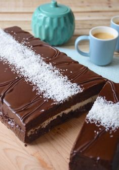Let's have a giant chocolate-coconut Kinder Délice today. You may have never heard of it, but it is my favorite Kinder and I highly recommand it! Chocolate Icing, Melting Chocolate, Vegan Dessert Recipes, Cheesecake Recipes, Kinder Delice Coco, Chocolates, Coconut Mousse, Giant Cake, Cake Tins