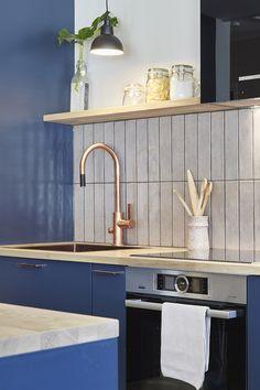 Sinisen keittiön tehostesävynä toimii täydellisesti kupari! Asuntokaupat sokkona -ohjelman yhdeksännen jakson keittiö on ammattikokille suunniteltu. Vetiminä kauniit ja modernit Cubixit. #asuntokaupatsokkona #nelonen #jakso9 #vetimet #vedin #sisustus #sisustussuunnittelu #keittiö #keittiösuunnittelu #inspiraatio #ideoita #kitchen #interior #design #Retro #kupari #messingöity #lankavedin #helatukku Sink, Retro, Furniture, Design, Home Decor, Sink Tops, Vessel Sink, Decoration Home, Room Decor