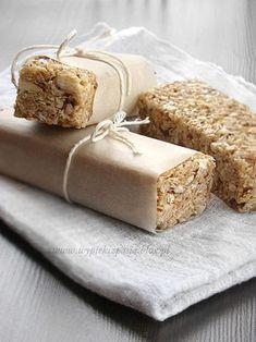 No-bake oat bars. (in polish) No Bake Oatmeal Bars, Oat Bars, Baked Oats, Baked Oatmeal, My Favorite Food, Favorite Recipes, Feta Salat, Healthy Sweets, Deserts