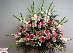 Ramo de defunción con gladiolos, rosas Voodoo, gerberas Corona y verdes variados.