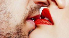 Resultado de imagem para beijo com pegada