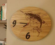 Nástěné hodiny s rybou Nástěnné hodiny z dubové překližky, číslece z 2mm dýhy Wenge, dvakrát lakované čirým lakem. Rozměr 30x36 cm. Udělejte radost sobě nebo svým blízkým, buďte originální, tyto hodiny jistě potěší každého rybáře !