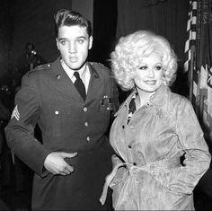 Elvis Presley and Dolly Parton - 2 amazing musicians together Lisa Marie Presley, Priscilla Presley, Elvis And Priscilla, Steve Mcqueen, Marlon Brando, Vivien Leigh, Young Elvis, Gene Kelly, Elvis Presley Photos