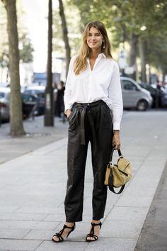 Camisa branca Vs Calças de pele . Visite o SimplesModa, um blog e revista de moda em Português.