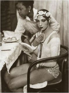 Josephine Baker in the dressing room of the Johann Strauss Theatre in Vienna. American-born French dancer, singer, and actress.the first African-American female to star in a major motion picture, Zouzou to integrate an American concert hall,[ Josephine Baker, Louise Brooks, Viejo Hollywood, Old Hollywood, Vintage Black Glamour, Vintage Beauty, Vintage Romance, Roaring Twenties, The Twenties