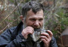 Viktor eet gezouten vis, met schubben en al.