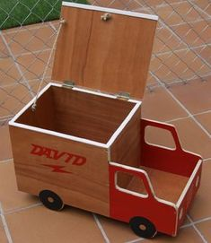 Mi Pequeño Taller: Un baul para los mas pequeños. Wooden Projects, Wood Crafts, Diy Projects, Woodworking Toys, Woodworking Projects, Kids Wood, Montessori Toys, Wood Toys, Toy Boxes