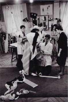 1962 - Yves Saint Laurent essayage photo Pierrre Boulat