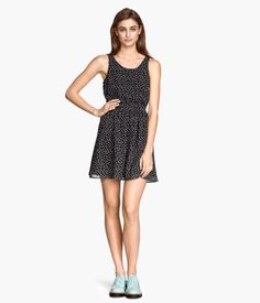 Sleeveless dress in woven fabric with a printed pattern, cut-out section at back, and elasticized seam at waist. Lined.