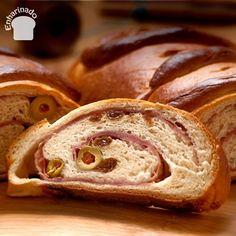 Este delicioso pan de jamón venezolano consiste en una masa dulzona, muy suave y esponjosa que enrolla en su interior jamón, pasas y aceitunas rellenas de pimientos rojos, lo que lo hace una exquisitez inolvidable.  Es uno de los manjares preferidos en las navidades venezolanas y no puede faltar en las tradicionales mesas en la Navidad.