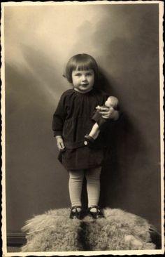 Foto Ak Kleines Mädchen mit ihrer Puppe, Standportrait
