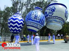 Jarrones gigantes de talavera Desfile 150 aniversario de la batalla de puebla.  ana@globosaerostaticosmexico.com