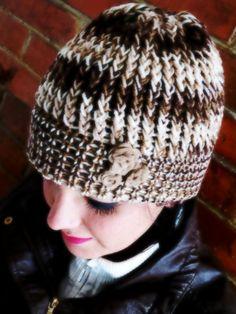 Artículos similares a Gorro de lana para mujer. Tejido a mano. en Etsy. Gorros  Tejidos A CrochetTejidos ... 9f15227a65c